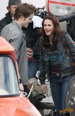 Robert and Kristen behind the scenes of New Moon