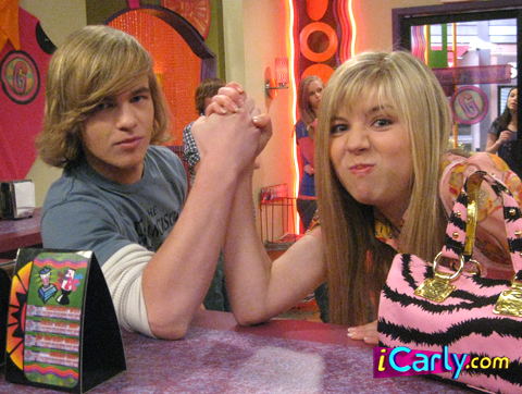 iCarly wolpeyper possibly containing a brasserie, a sign, and a bistro titled Sam and Pete Thumb Wrestling