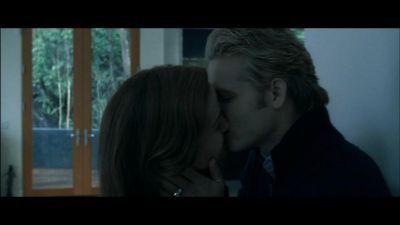 Twilight-Deleted-Scenes-esme-and-carlisle-cullen-5575825-400-225