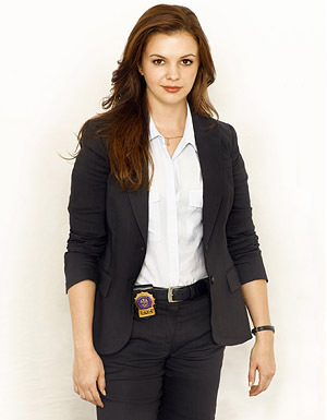 The Unusuals wallpaper containing a business suit, a suit, and a well dressed person titled Amber Tamblyn as Detective Casey Shraeger
