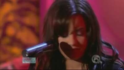 Demi performing on The Ellen DeGeneres mostra
