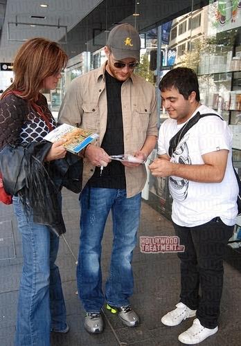 Jensen and Danneel in Sydney (April 17)