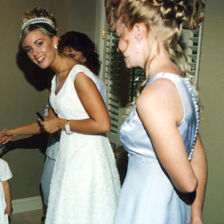 Jon & Kate Plus 8 wallpaper with a bridesmaid entitled Kate getting ready 1st Wedding