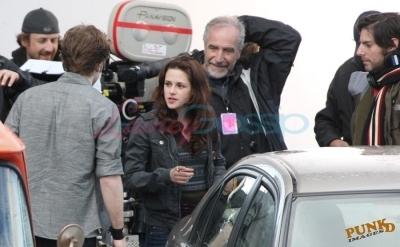Kristen and Robert behind the scenes of New Moon