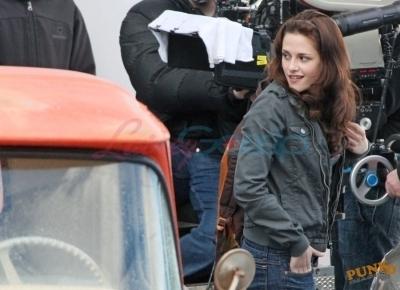 Kristen behind the scenes of New Moon