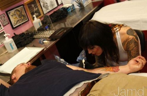 LA Ink Hintergrund with a sign titled LA Ink's Kat Von D Attempts A 24 Stunde guinneß, guinness World Tattoo Record