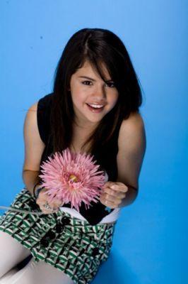 Selena gomez with a maua, ua