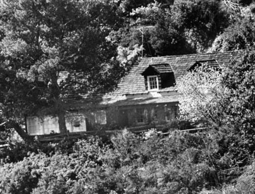 Serial Killers Hintergrund with a sod house, a hip roof, and a chalet entitled 10050 Cielo Dr.
