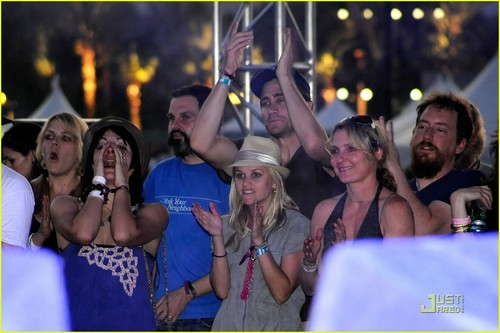 Reese and Jake during the Jenny Lewis performance at the 2009 Coachella 音乐 Festival (April 18)