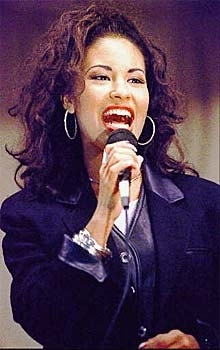 Selena Quintanilla-Pérez wallpaper probably containing a concert and a business suit called Selena