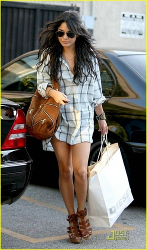 http://images2.fanpop.com/images/photos/5700000/Vanessa-vanessa-anne-hudgens-5752516-294-500.jpg