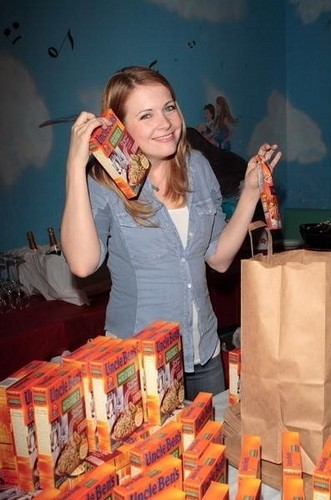 melissa joan hart fondo de pantalla possibly containing a canned food, a packing box, and a puesto de periódicos called Wrapped with a Bow