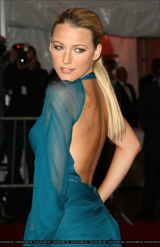Blake Lively achtergrond with a cocktail dress, a chemise, and a playsuit, boxpakje titled Blake