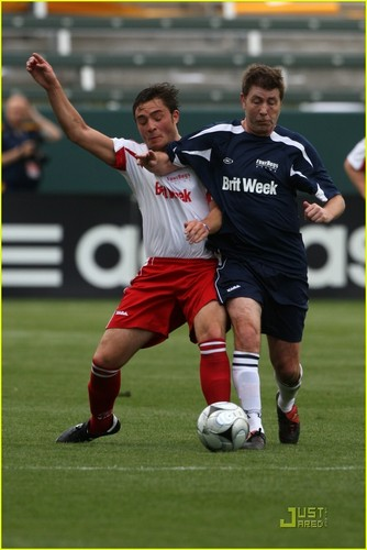 Ed Westwick wolpeyper probably with a putbol player, a fullback, and a pasulong titled Brit-Week-Celebrity-Soccer-game-ed-westwick