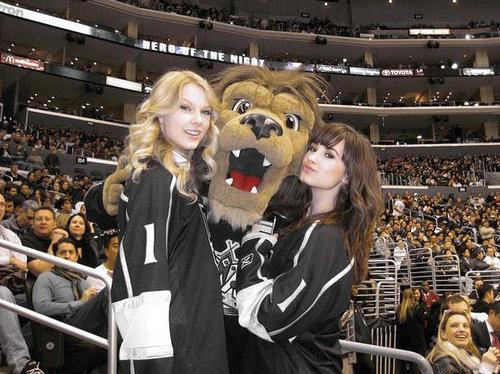 Demi Lovato,Taylor Swift,and A LION!