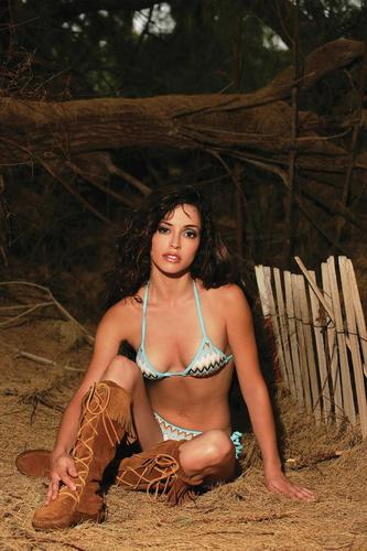 Emmanuelle Vaugier پیپر وال containing a bikini titled Emmanuelle