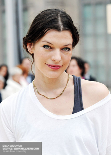 milla jovovich wallpaper possibly containing a jersey and a portrait called Milla Jovovich