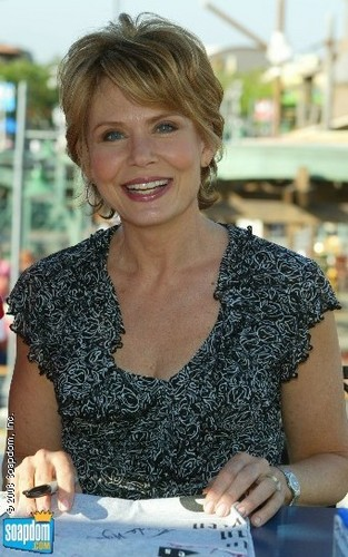 Brooke English, Jamie's mom, played kwa Julia Barr
