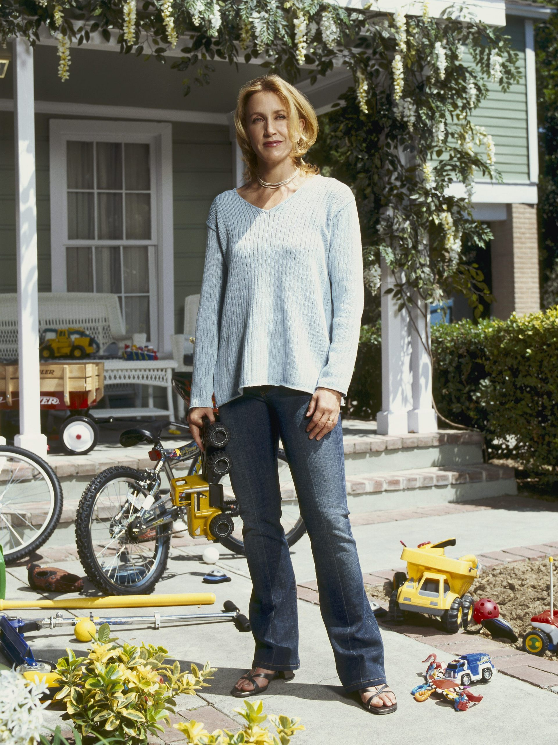 http://images2.fanpop.com/images/photos/6000000/Desperate-Housewives-desperate-housewives-6026844-1920-2560.jpg