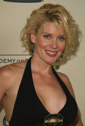 Richie's girlfriend, Dr Riley Sinclair played kwa McKenzie Westmore