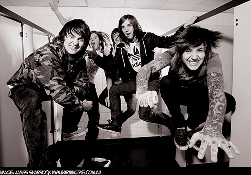 Bring Me The Horizon karatasi la kupamba ukuta possibly containing a sign called BMTH♥