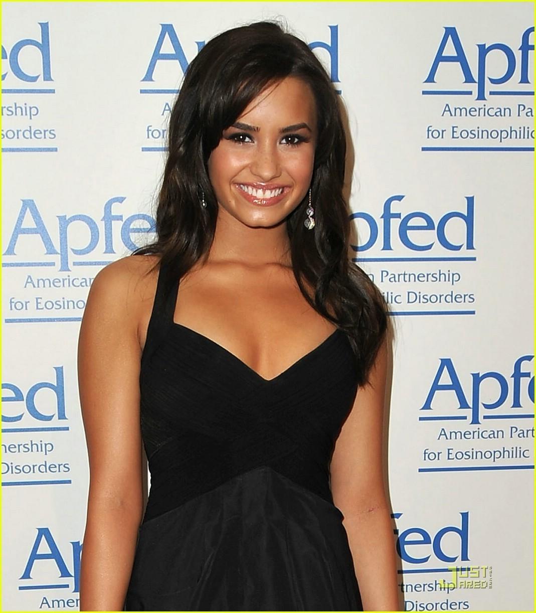 Demi Lovato received the 2010 Honorary Ambassador of Education Award. - demi-lovato-and-miley-cyrus photo