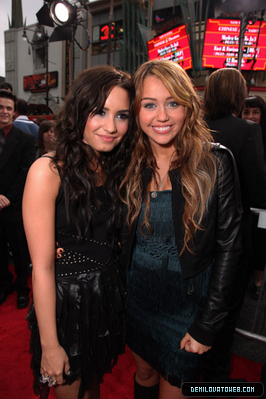 disney Channel bintang Singers wallpaper with a hip boot entitled Demi and Miley