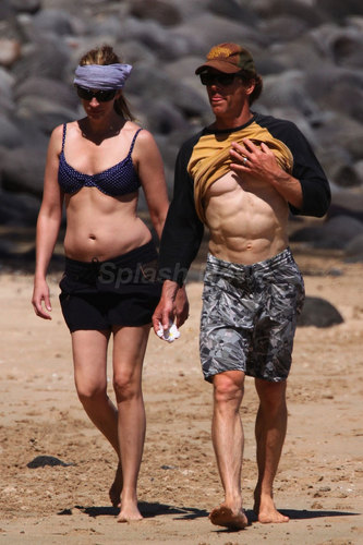 Julia and Danny walking on the beach in Hawaii - May 12, 2009 - julia-roberts Photo