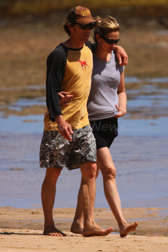 Julia and Danny walking on the ビーチ in Hawaii - May 12, 2009