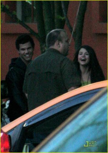 Selena Gomez and Taylor Lautner makan malam tanggal