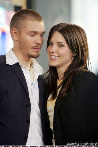One baum hügel Hintergrund with a business suit and a suit called Sophia busch and Chad Michael Murray on TRL