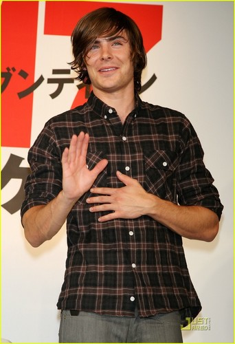 Zac Efron wallpaper possibly containing an outerwear, a playsuit, and long trousers called Zac @ 17 Again Press Conference Tokyo