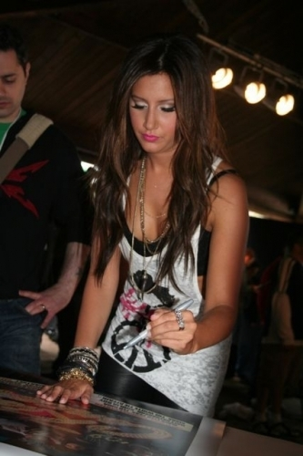 Ashley at 2009 Kiss Concert - Page 2 Ashley-Backstage-at-KISS-Concert-2009-ashley-tisdale-6266386-333-500