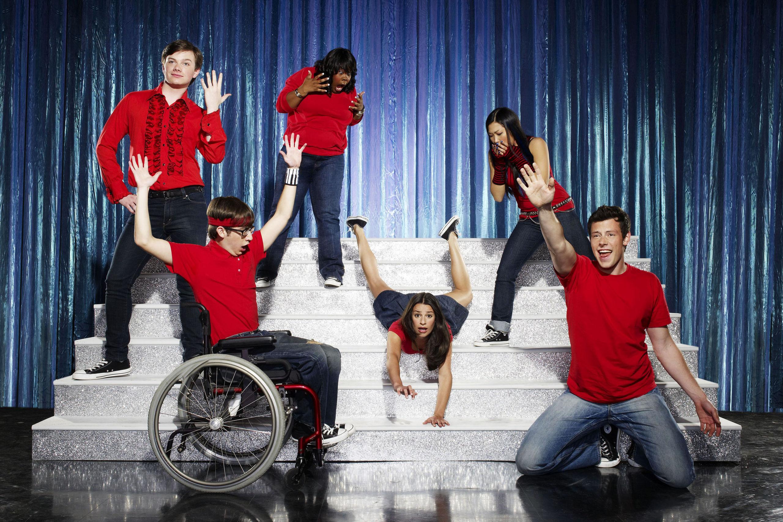 http://images2.fanpop.com/images/photos/6200000/Glee-glee-6211840-2560-1707.jpg