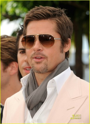 Brad Pitt karatasi la kupamba ukuta possibly with sunglasses titled Brad Pitt