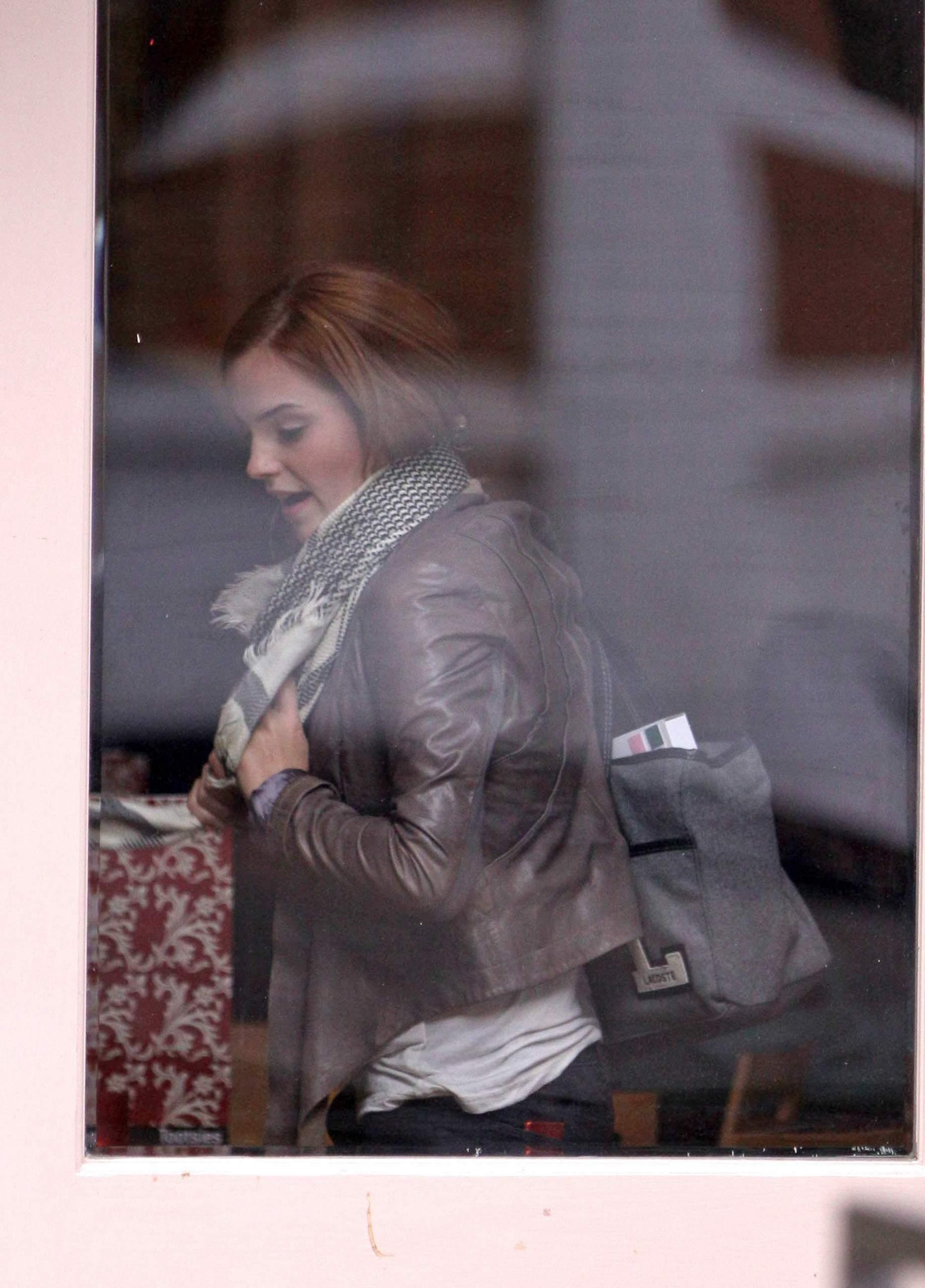 Emma Watson & Kaya Scodelario at Gourmet Burger keuken-, keuken in Hampstead May 18