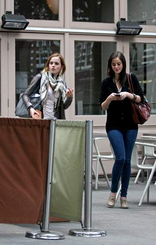 Emma Watson & Kaya Scodelario at Gourmet Burger 부엌, 주방 in Hampstead May 18