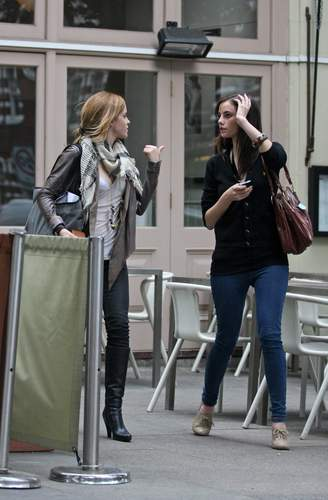 Emma Watson & Kaya Scodelario at Gourmet Burger keuken-, keuken in Hampstead May 18