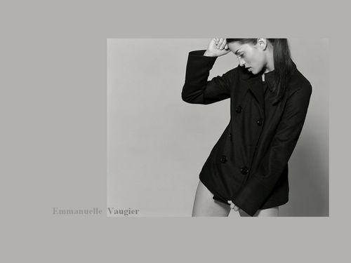 Emmanuelle kertas-kertas dinding