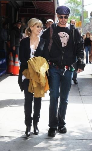 Freddie visits Sarah on set
