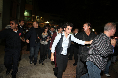 Jemi Hintergrund possibly with a business suit, a street, and dress blues called Jemi in Brazil