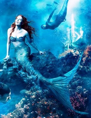 Julianne Moore and Michael Phelps as sirenas