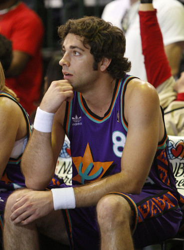 Zachary Levi Playing in the 2009 McDonald's All-Star Celebrity bola keranjang Game