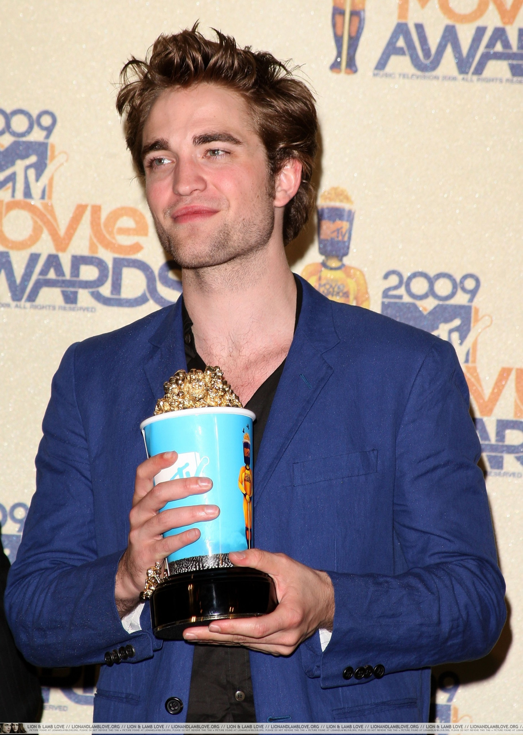 http://images2.fanpop.com/images/photos/6400000/2009-MTV-Movie-Awards-Press-Room-twilight-series-6495610-1822-2560.jpg