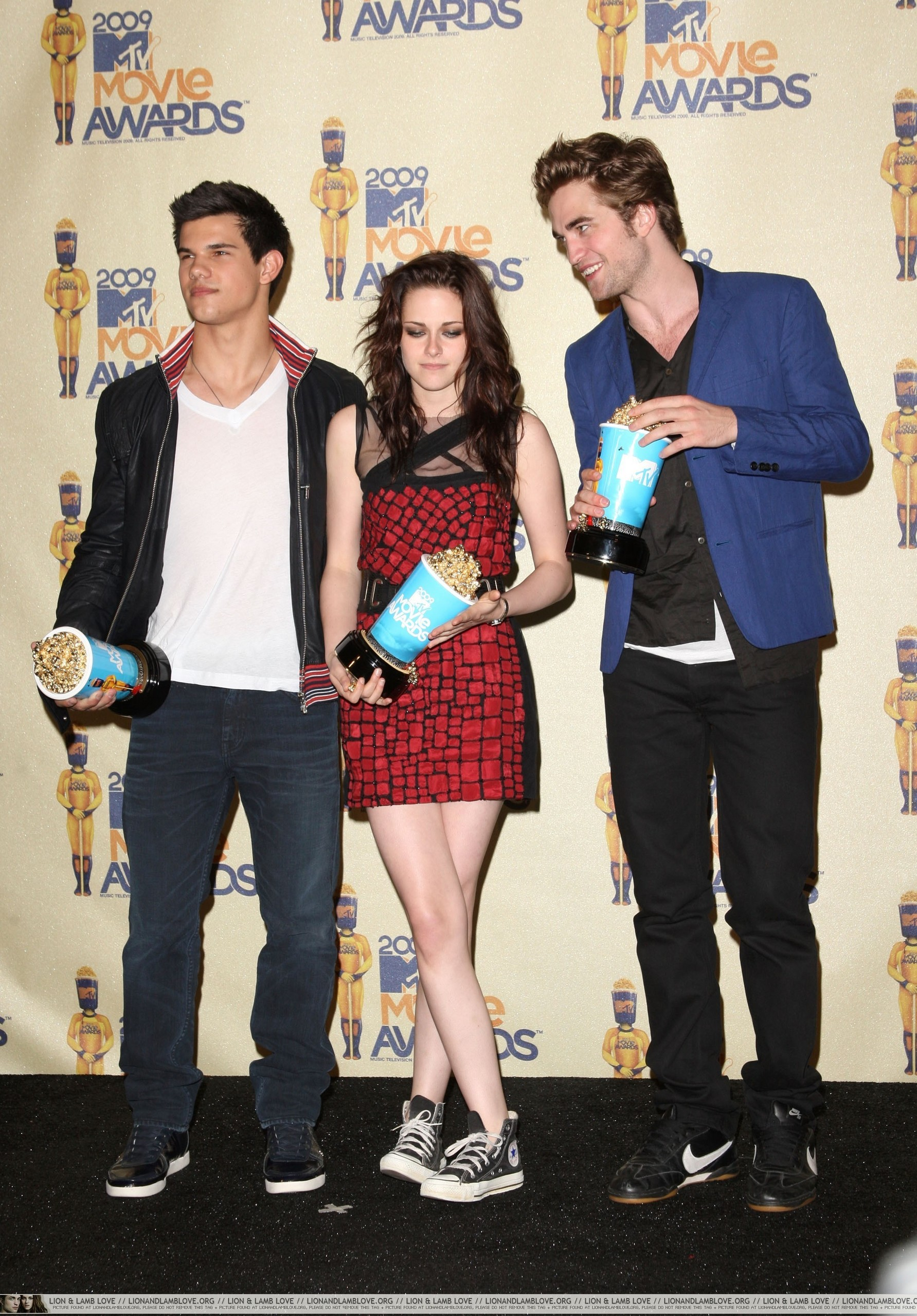 http://images2.fanpop.com/images/photos/6400000/2009-MTV-Movie-Awards-Press-Room-twilight-series-6495711-1783-2560.jpg