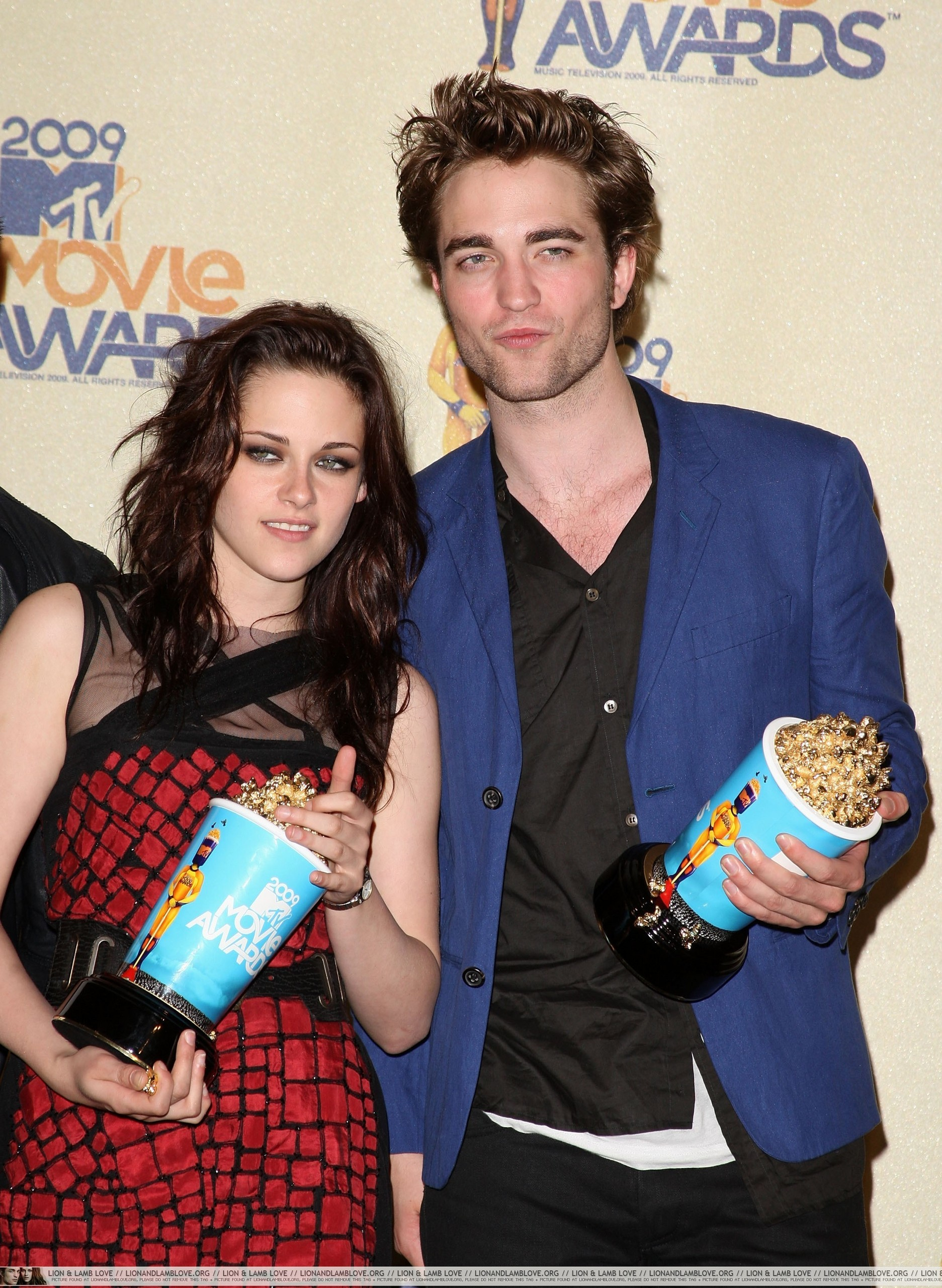 http://images2.fanpop.com/images/photos/6400000/2009-MTV-Movie-Awards-Press-Room-twilight-series-6495747-1873-2560.jpg