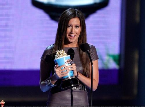 2009 MTV Movie Awards Ashley-at-the-MTV-Movies-Awards-ashley-tisdale-6494945-500-371