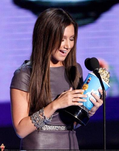 2009 MTV Movie Awards Ashley-at-the-MTV-Movies-Awards-ashley-tisdale-6494960-393-500
