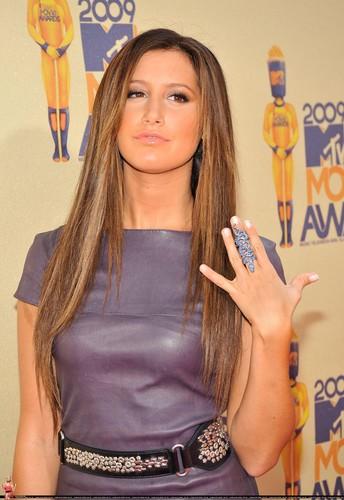 2009 MTV Movie Awards Ashley-at-the-MTV-Movies-Awards-ashley-tisdale-6495046-344-500