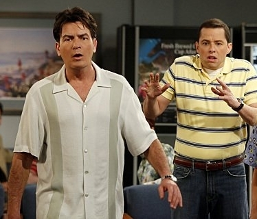 Two and a Half Men karatasi la kupamba ukuta titled Charlie and Alan Harper